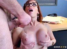 Secretaria ruiva em cenas de sexo com o chefe