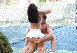 Mais sexo comendo a mulher na quadra de tênis