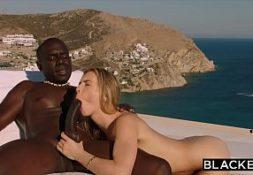 Nudevista negro ao ar livre comendo loira linda
