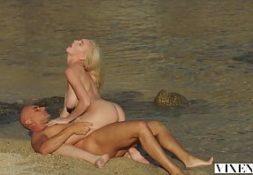 Rebolando no pau na praia