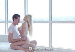 Porno loira gostosa ninfetinha dando em um quarto todo branco