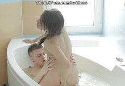Gata jovem safada no porno banheiro sendo fodida