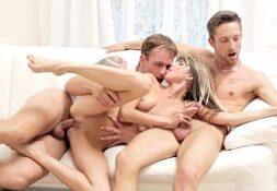 Novinha em sexo com dois rapazes no video porno suruba